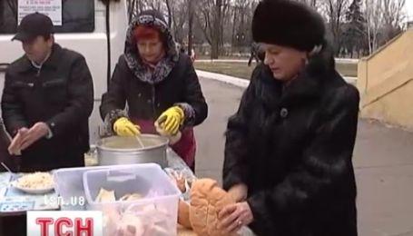 На Донеччині сім'я, що виховує одинадцятьох дітей, годує ще сотню знедолених
