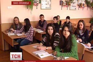 """Студенти зняли """"прихованою камерою"""", як викладачка збирає по 100 грн за заліки"""