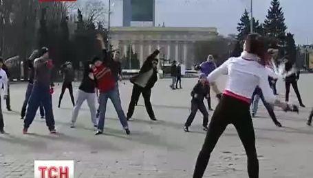 В Донецке в центре города люди собрались на зарядку