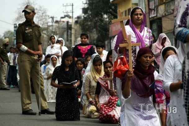 У Страсну п'ятницю на Філіппінах розіп'яли людей, а в Іспанії йдуть траурні процесії
