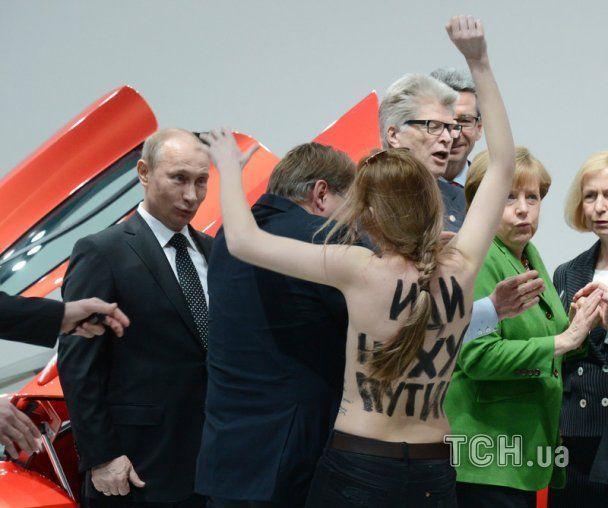 """""""Земан - повія Путіна"""" - на виборчій дільниці на президента Чехії накинулася активістка Femen - Цензор.НЕТ 9841"""