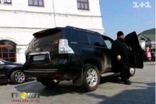 Скандального наместника Лавры с именинами поздравляли олигархи, нардепы и монахини на Mercedes