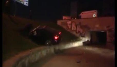В Киеве автомобиль Mazda застрял в газоне
