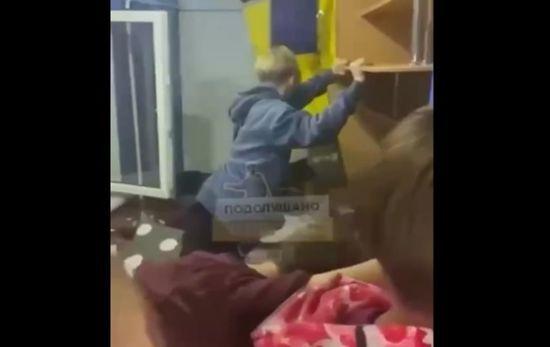 Из окон летели посуда и техника: в Одессе подростки разгромили арендованный дом