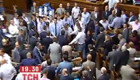 Народные депутаты от оппозиции и ПР потолкались в сессионном зале