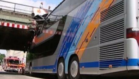 В Мюнхене туристический автобус врезался в железнодорожный мост