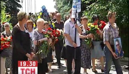 """На аеродромі під Києвом прощаються з пілотом літака, що розбився біля """"Чайки"""""""