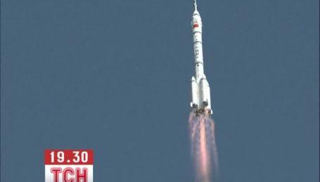 Китай запустил космический корабль с женщиной на борту