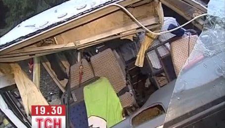 В Китае автобус с туристами упал с 40-метровой высоты, 13 человек погибли