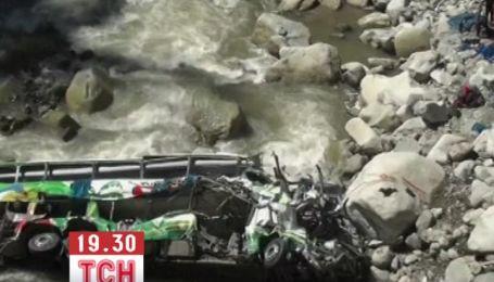 У Перу автобус упав у 50-метрову прірву: загинули більше 30 людей
