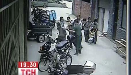 В Китае сняли удивительное спасение девочки, падающей с 4 этажа