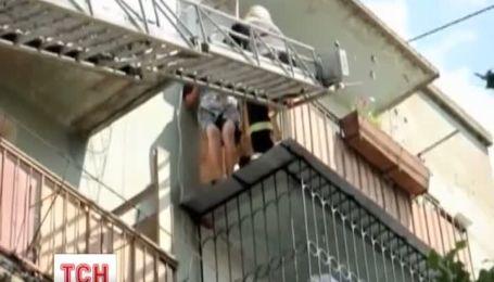 90-річна бабуся вже вчетверте намагається втекти з квартири через балкон
