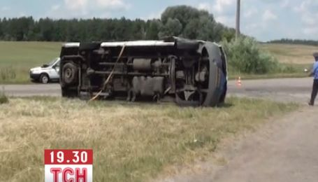 На Чернігівщині мікроавтобус протаранило авто дипломата