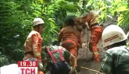 Туристический автобус упал в лощину в Китае, 8 погибших