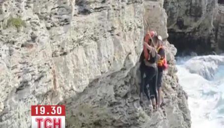 Двух подростков вытащили бурлящего моря в Крыму