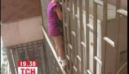 В Китае девочка застряла в оконной решетке на высоте 70 метров