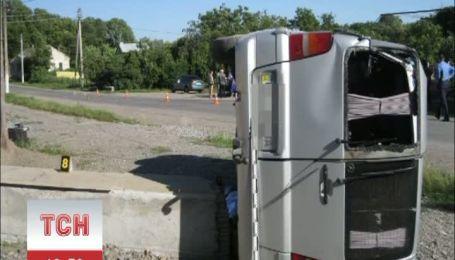 """На Тернопільщині мікроавтобус """"Мерседес"""" впав на двох жінок"""