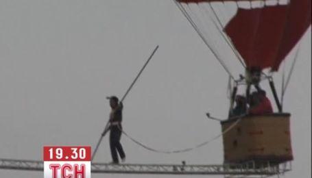 """Канатоходец из Китая """"прогулялся"""" по балке между воздушными шарами"""