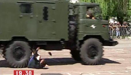 Во время празднования Дня ВДВ машина раздавила мужчине обе ноги
