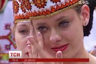 Канадські дівчата та хлопці заспівали українських пісень на могилі Шевченка