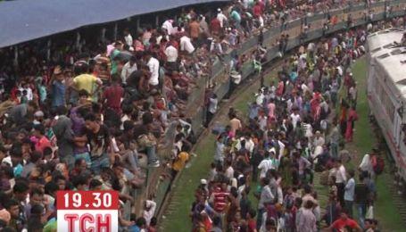 В Бангладеш верующие путешествуют на крышах поездов, чтобы попасть на праздник