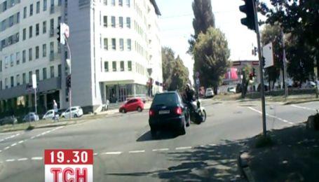 Легковик хотів проскочити на червоне світло і збив мотоцикл