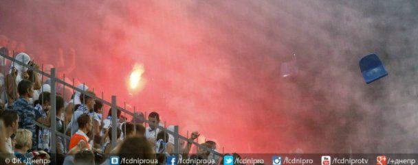 """Буйні фанати на знак протесту закидали фаєрами та стільцями гравців матчу """"Севастополь"""" - """"Дніпро"""""""