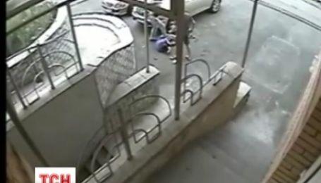 В Киеве средь бела дня перед камерами наблюдения убили парня