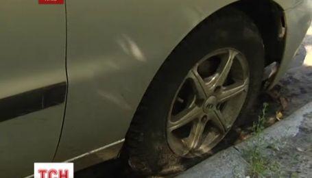 В Киеве за одну ночь почти 100 машин остались без колес
