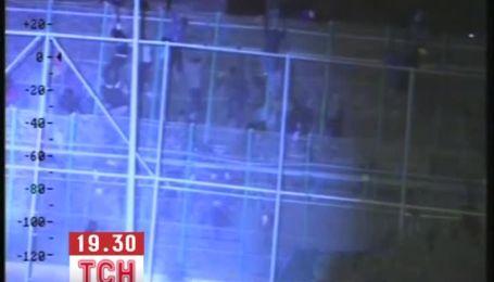Сотни мигрантов штурмовали 6-метровый забор на границе между Испанией и Марокко