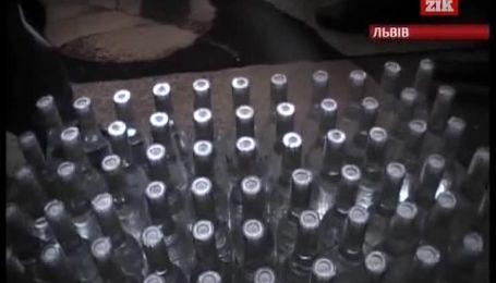 """На Львовщине изготовили несколько тысяч """"подпольных"""" бутылок водки"""