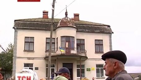 На Прикарпатті 40-річна будівля сільради несподівано стала приватною власністю