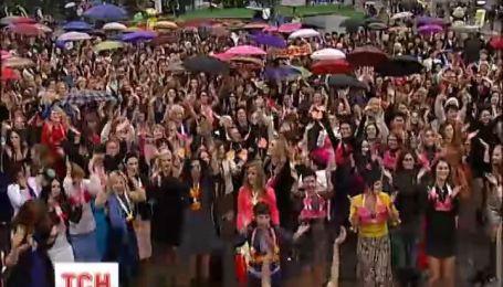 Сотни женщин на Майдане Независимости станцевали ради борьбы с раком груди
