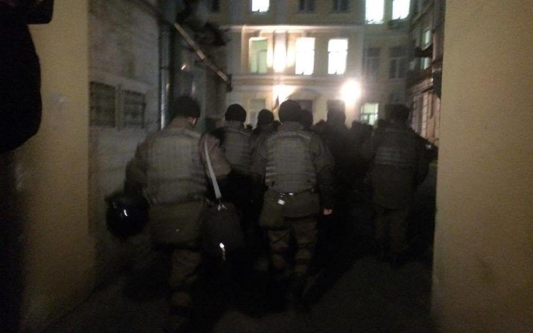 Политика привезли в суд / © Фото Валерии Ковалинской/ТСН