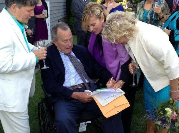 Джордж Буш-старший в разноцветных носках стал свидетелем на свадьбе лесбиянок