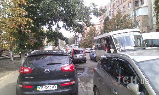 Брошенное на трамвайных путях авто устроило большой затор на Подоле