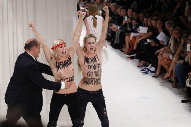 На показі мод з голими грудьми відео фото 96-52