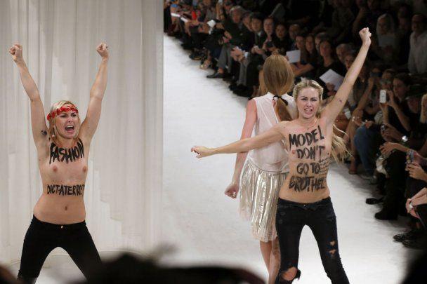 На показі мод з голими грудьми відео фото 96-959