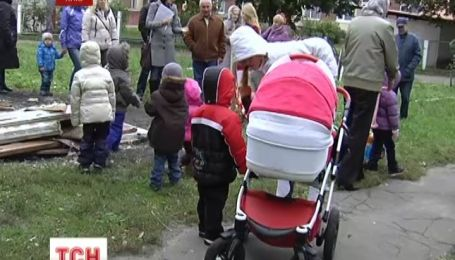 Свалка терроризирует два киевских детсада