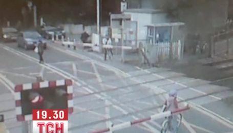 Британка успела за секунду спастись из-под колес поезда
