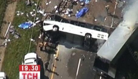 В США автобус на полной скорости врезался в грузовик