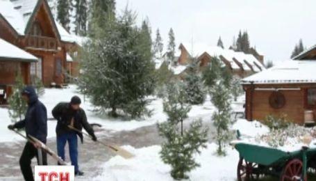 Перший сніг укутує Україну