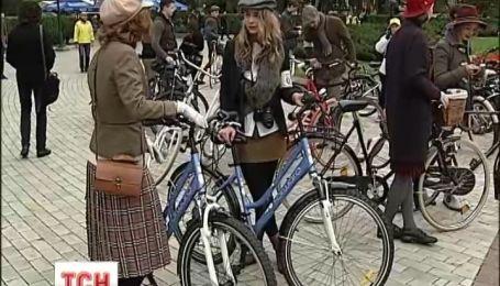 Сьогодні в Києві пройшов велопарад у стилі ретро