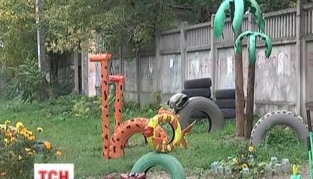 Дитячий майданчик, своїми руками, зробила багатодітна мама в одному з районів Сімферополя