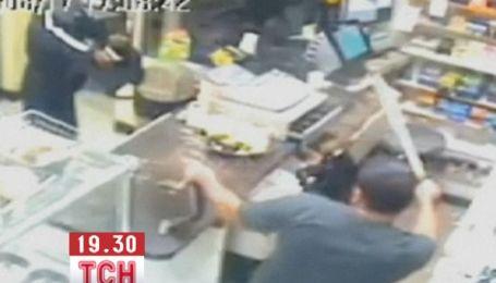 Защищая магазин, продавец погнался за вооруженным грабителем с мачете