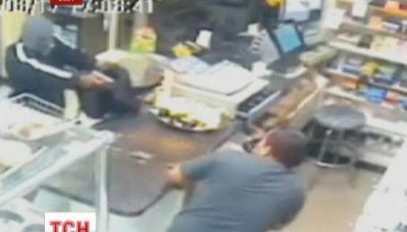 Продавец с помощью мачете отогнал грабителя с пистолетом