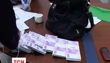 У столиці затримали шахраїв, які за липовими документами продали депутату елітні магазини на Хрещатику