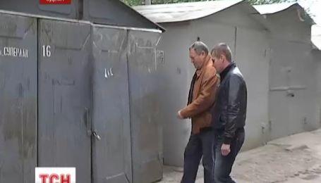 Співробітниця прокуратури незаконно зайняла чужий гараж