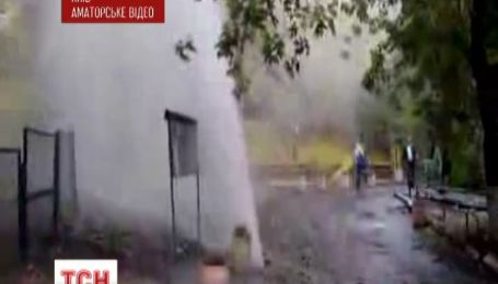 Утром в центре Киева забил 10-метровый фонтан горячей воды