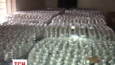 У Києві ТСН виявила цілий склад простроченої алкогольної продукції